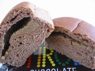 ファミリーマート--チロルチョコパン コーヒーヌガー(敷島製パン)。