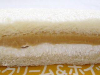 ヤマザキ--ランチパック キャラメルクリーム&ホイップ。
