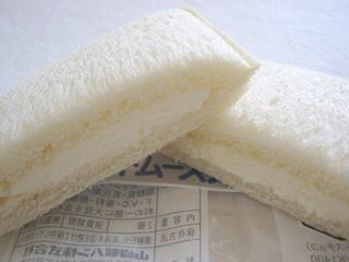 ヤマザキ--ランチパック ホワイトムースチョコ。