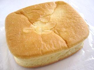 サークルKサンクス--ジャージー牛乳クリームパン(DeliPlusBakery・山崎製パン)。