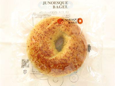 JUNOESQUE BAGEL--オニオンチーズカレーベーグル(8月限定)。