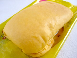 フジパン--マンゴーのパン。