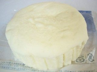 ミニストップ--杏仁豆腐蒸しパン(FreshBakery穂・敷島製パン)。