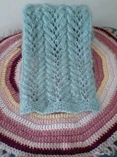 モヘアの透かし編みミニマフ