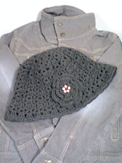 コサージュ付きの帽子