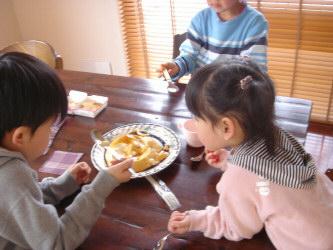 デカプリンを食べる子供達