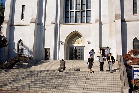 布池教会前の人々