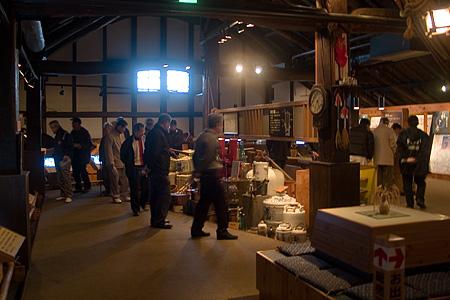 酒の文化館の見学者たち
