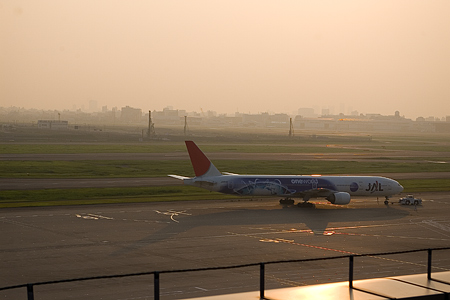 羽田空港の飛行機-1
