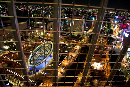 テレビ塔金網越しの夜景