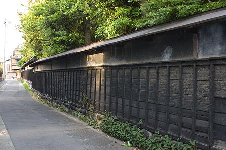 津島本町黒塀の通り