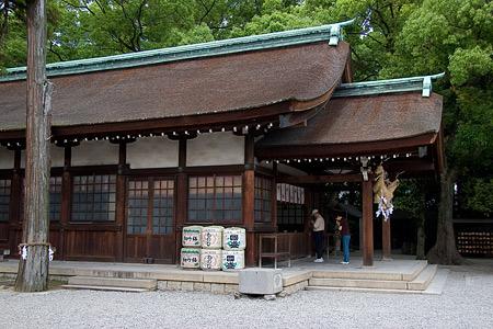 知立神社拝殿横から