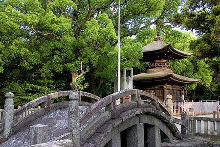 知立神社太鼓橋と多宝塔