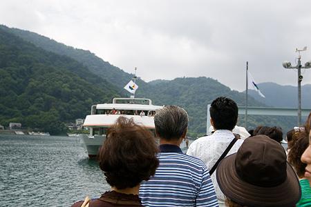 遊覧船を待つ人