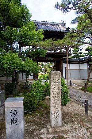 石山寺入り口