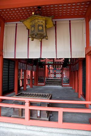 拝殿から本殿を望む