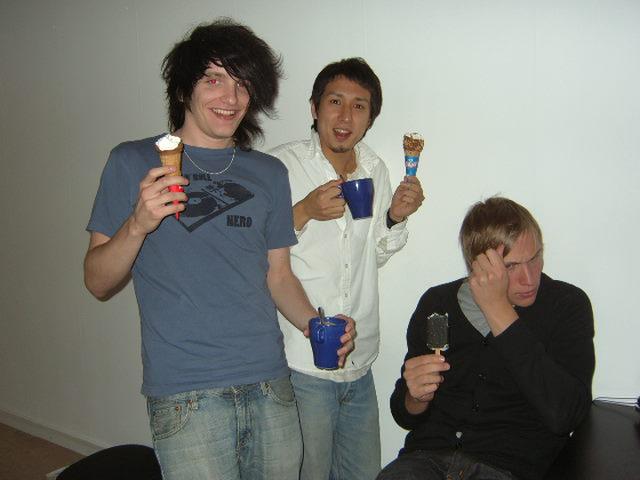 アイスをほおばる男衆