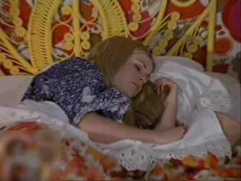 寝るサブリナ。