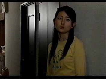 廊下の黒瀬真奈美。