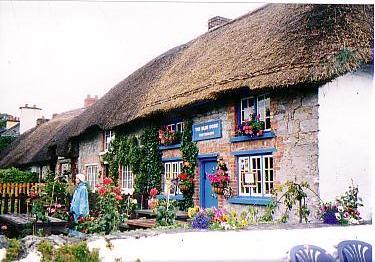 藁葺屋根のアデア村
