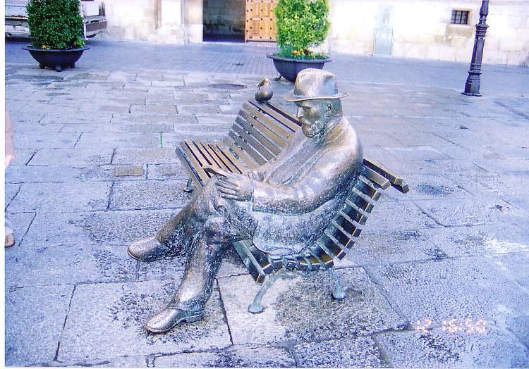 ガウディの像