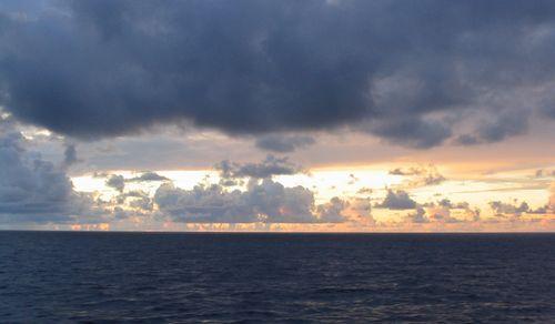 太平洋の夜明け