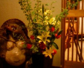ロビーに活けられた花々が来訪者を迎える
