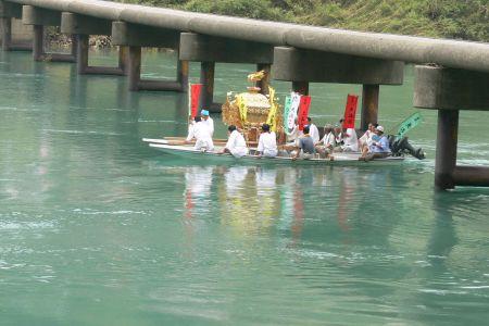 神輿の川遊び