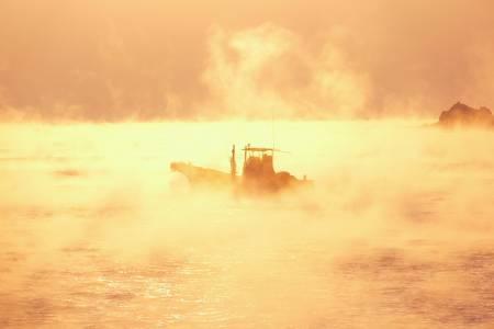 久礼湾の朝霧と漁船