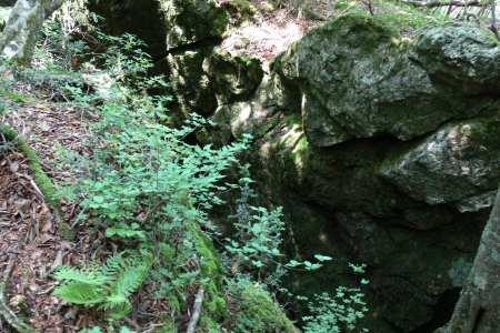 大引割の岩の亀裂
