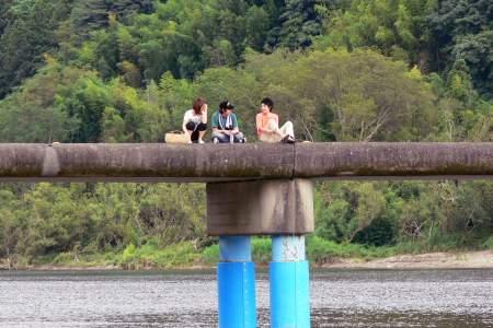 佐田沈下橋の上でひと休み