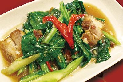 カリカリ豚とカナー炒め(ムーコーパッカナー)