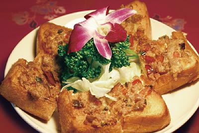 豚ひき肉をのせた揚げパン(カノンパンムー)
