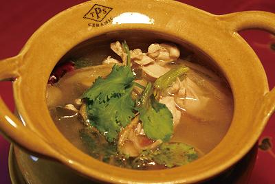鶏のトムヤムスープ(トムヤムガイナムサイ)