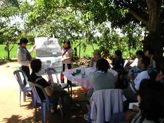 タケオ州の農村で海外協力隊員が活動内容を説明