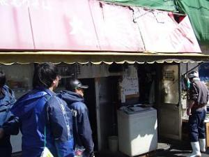 大勝軒(開店前の店頭2)