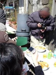 大勝軒(外のテーブルで写真撮影)