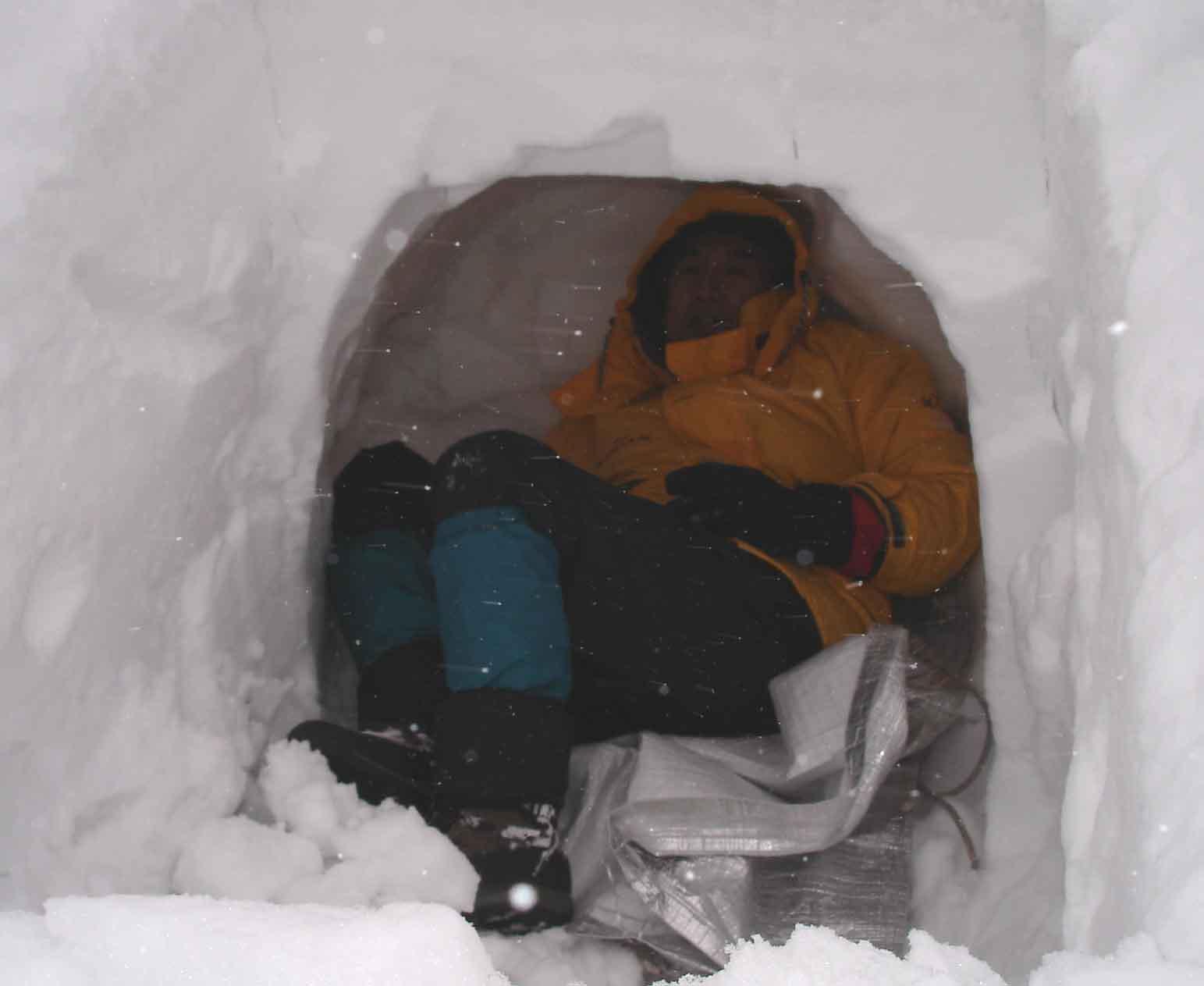 雪洞に潜りこむ