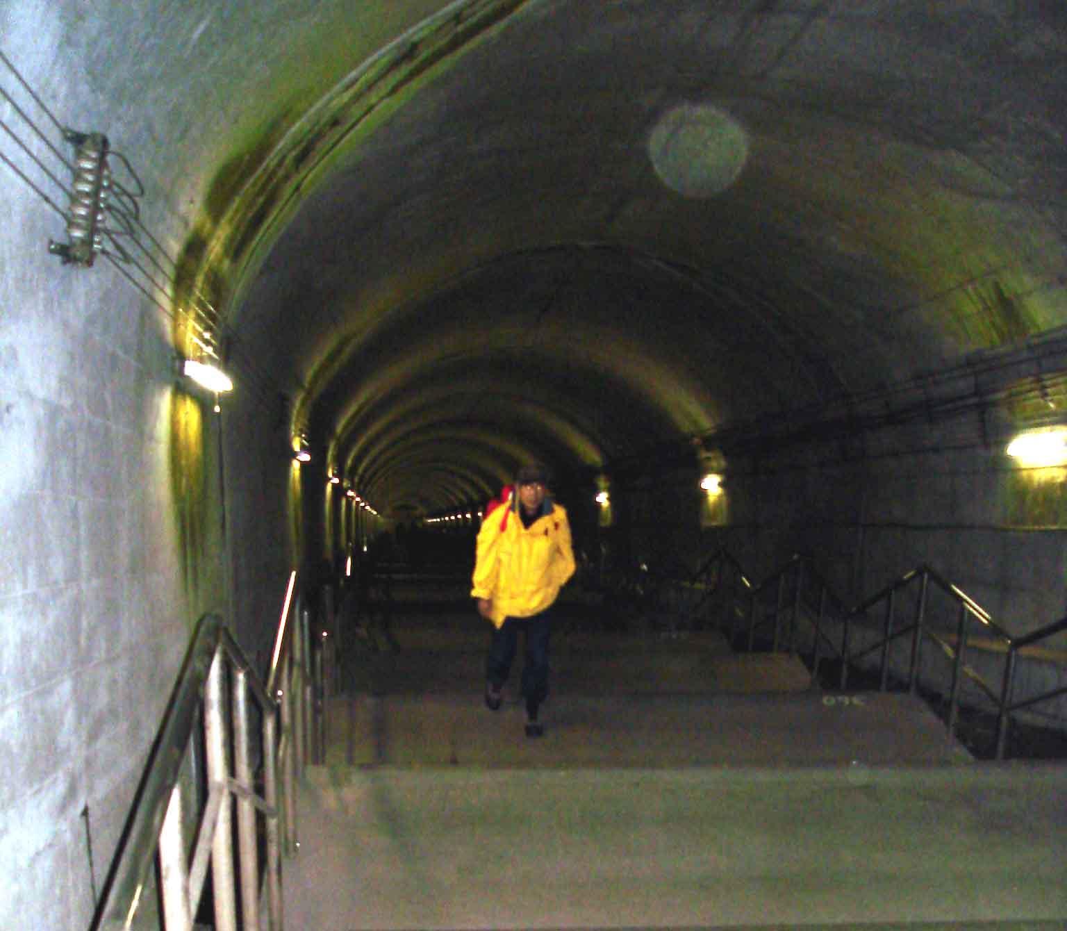 土合地下駅の階段を登ってくる奥田さん
