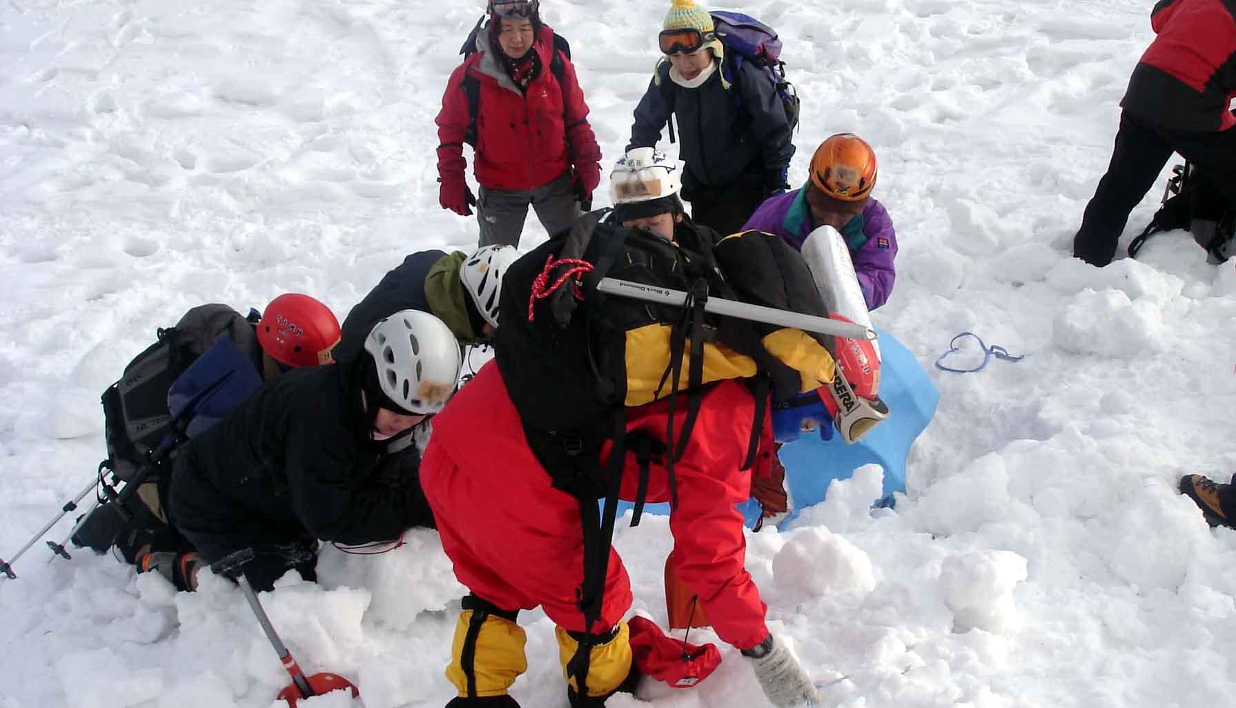 2008.1.14 雪崩捜索犬デモ⑧(埋没者救出作業)