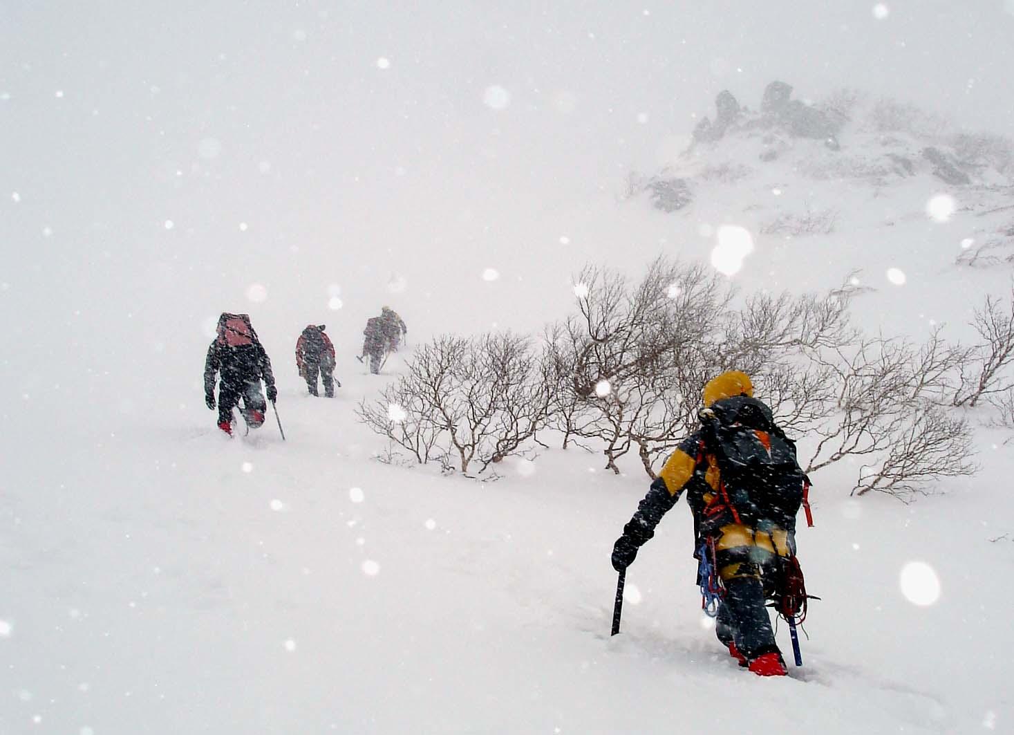 雪庇観察のために移動②★