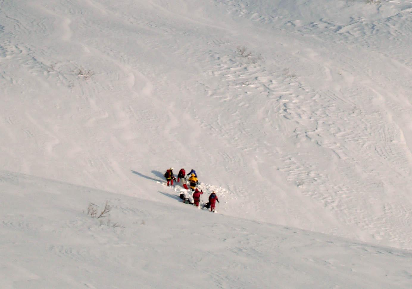 遭難者回収のための準備(山岳救助隊による弱層テストなど)