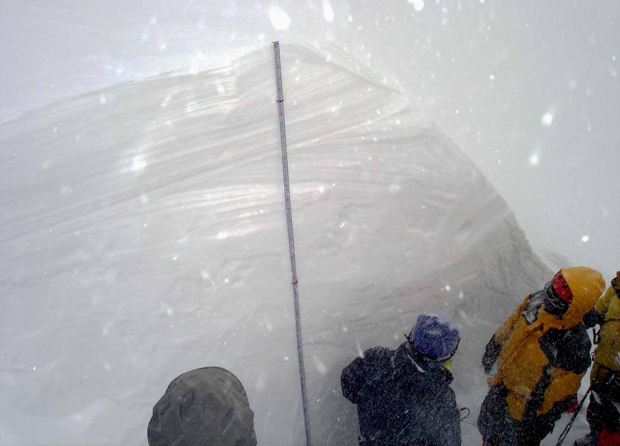 雪庇観察(今年の雪庇は厚い)
