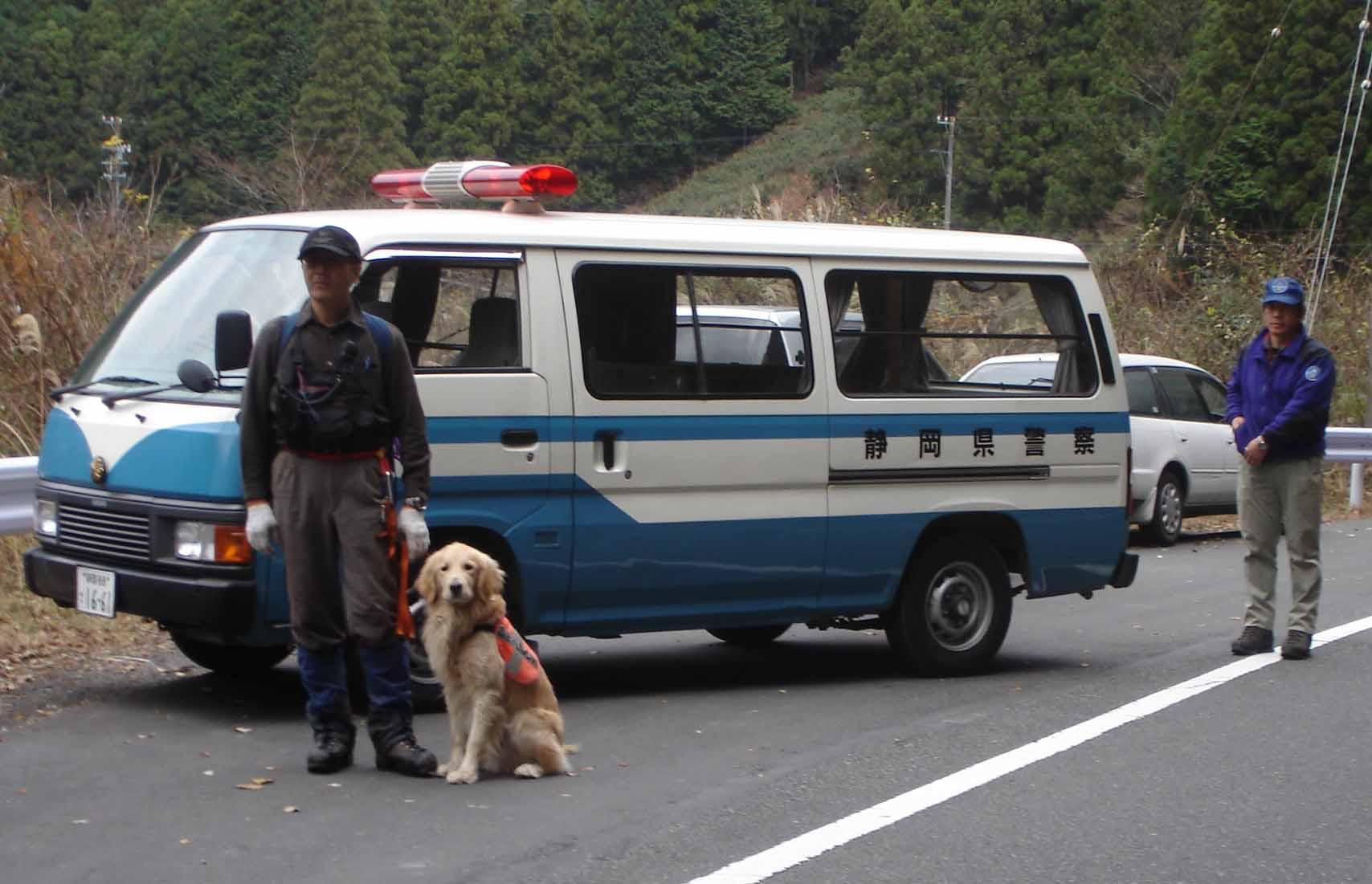 Dsc08033 県警車の前で(若山&チャンス)(二王山Ⅰ)