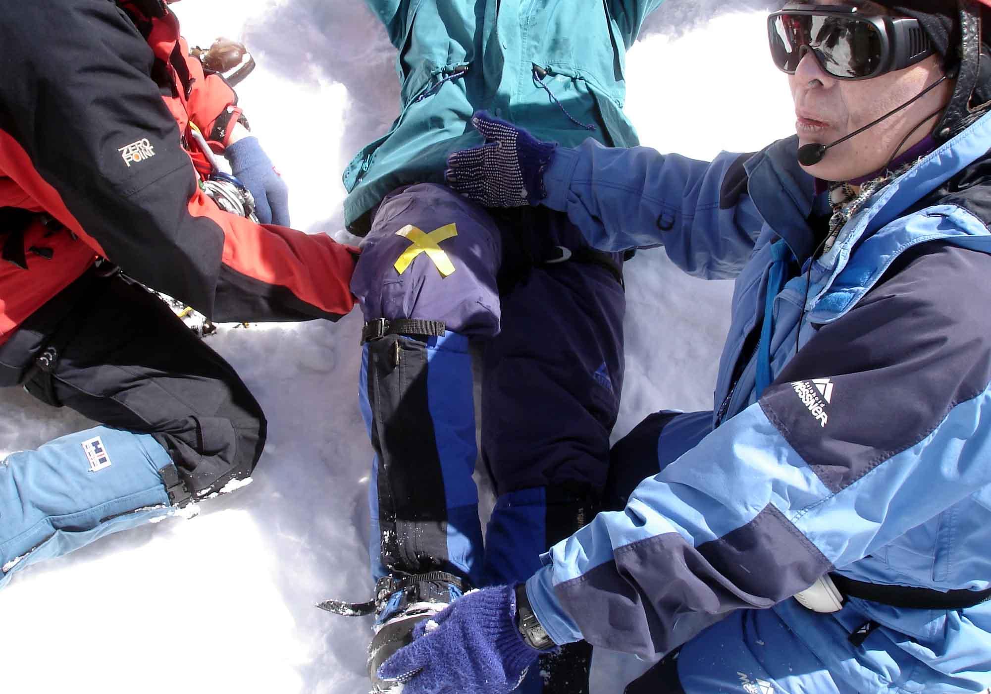 Dsc00307 初動捜索シュミレーション140(大村講師より膝部の骨折処置法を教授)