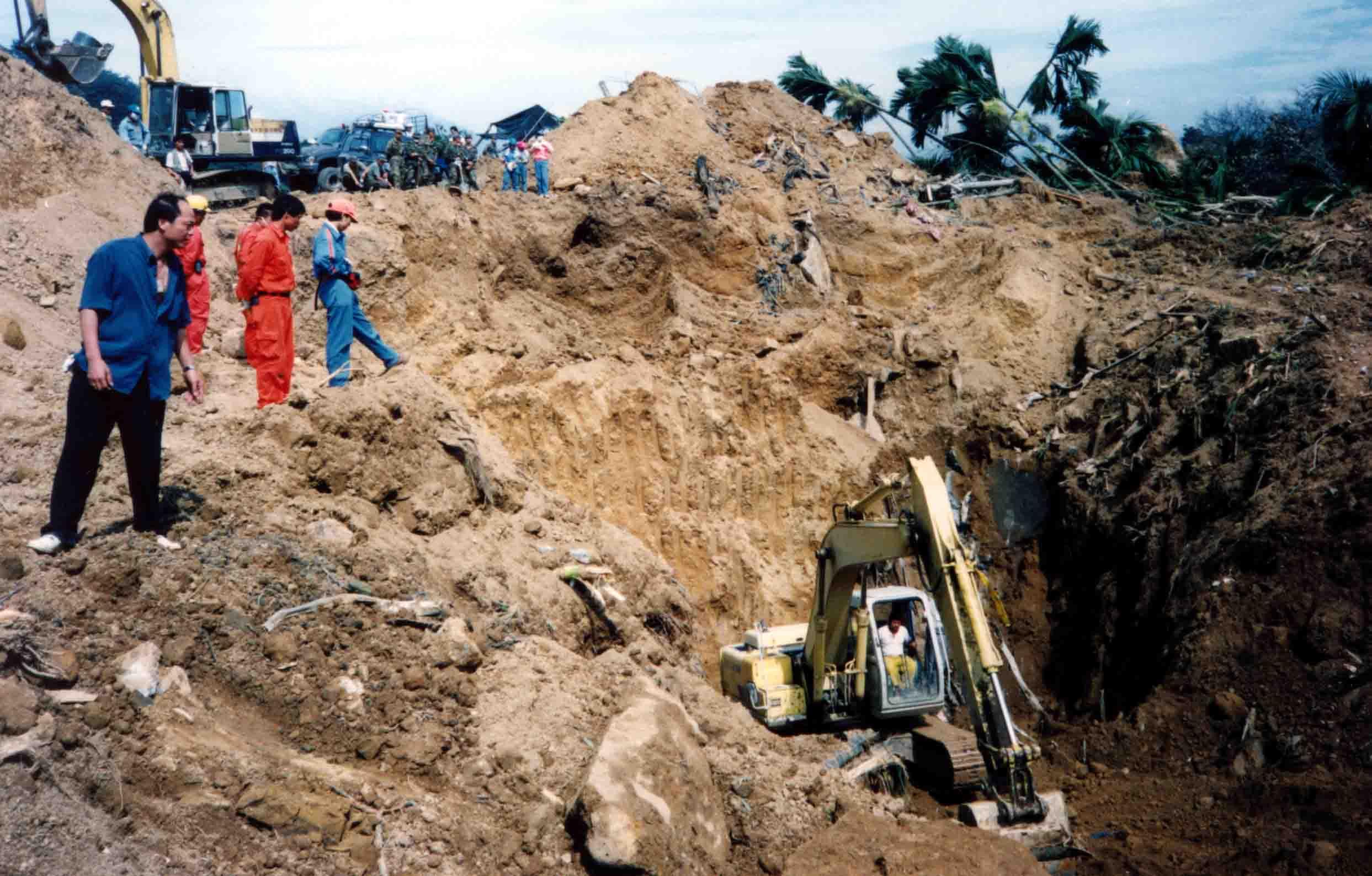 岩屑埋没地帯 重機で掘下げる現場