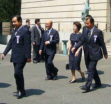みんなで靖国神社に参拝する国会議員の会