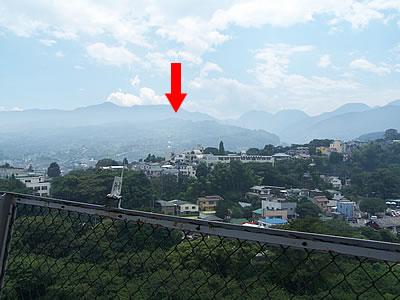 小田原城から石垣山を見る。