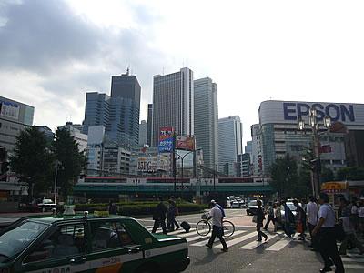 歌舞伎町から西口方面を見る
