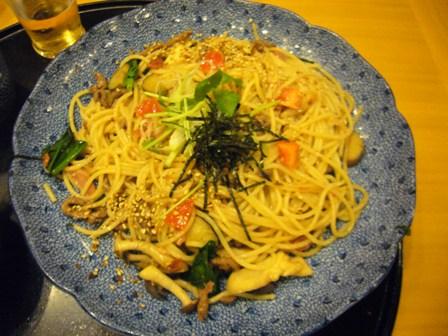 牛肉とほうれん草の野菜いっぱいのスパゲティ